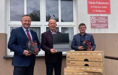 Gmina Wolbórz: Przekazali komputery