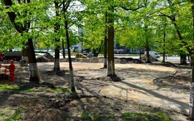 Na placu Niepodległości budują nowe alejki