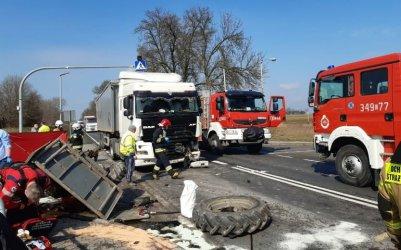 Ciężarówka wjechała w traktor. Kierowca nie żyje