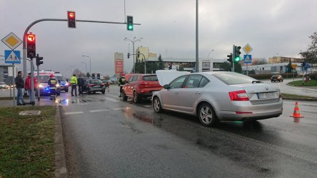 Uważajcie na drogowe oblodzenia. Już trzy samochody zderzyły się w Piotrkowie.