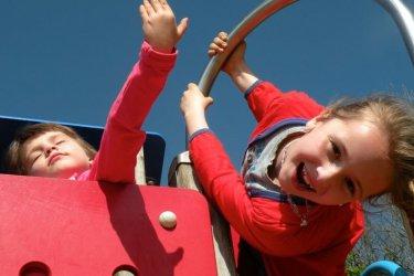 Chcą podarować dzieciom uśmiech. Piknik na boisku UJK
