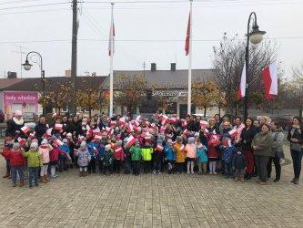 100 przedszkolaków zaśpiewało hymn