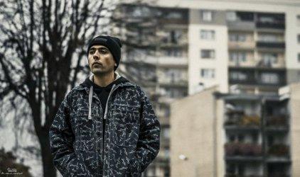 O życiu na Dzielnej, hip hopie i muzycznych planach. Przeczytaj wywiad z raperem z Piotrkowa!