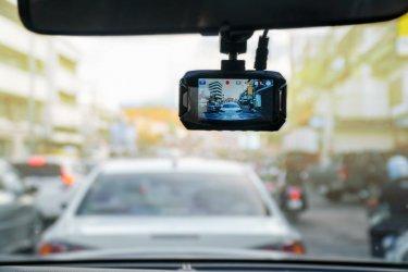 Chcesz kupić wideorejestrator samochodowy? Dowiedz się na jakie parametry zwrócić uwagę
