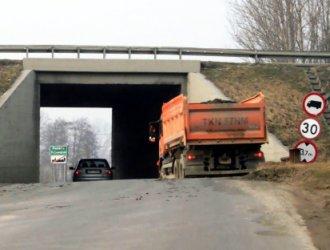 Wielkie ciężarówki rozjeżdżają Michałów