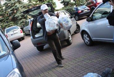 Grzegorz Sowa wyrzucił śmieci przed Urzędem Miasta