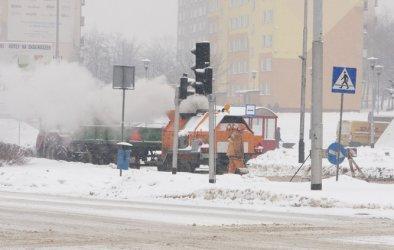 Śnieg pada, drogowcy łatają dziury