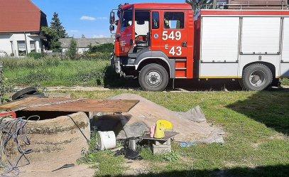 Chciała pomóc wnuczce. Seniorka utknęła w studni