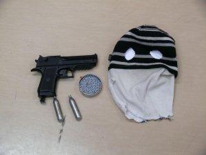 Tomaszów:  Bronią sterroryzowali ekspedientkę