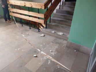 Odpadł tynk wewnątrz poradni przy Dmowskiego