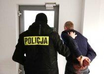 Znęcał się nad żoną. 54-latek z gminy Grabica odpowie też za rozbój i posiadanie broni