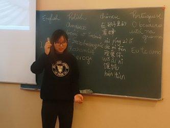 Samba podczas przerwy – lekcje z wolontariuszkami z Chin i Brazylii w III LO