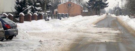 Służby drogowe odśnieżają, mieszkańcy zasypują