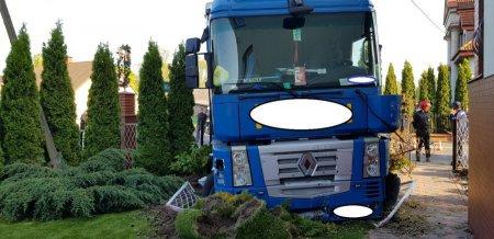 Kierowca tira wjechał w ogrodzenie posesji, aby uniknąć tragedii