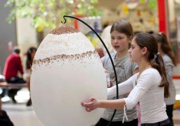 Focus Mall: Malowali 70-centymetrowe pisanki