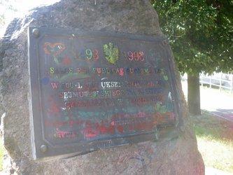 Zdewastowali tablicę pamiątkową koło zamku