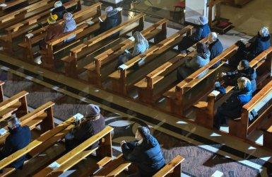 Rzecznik KEP: wobec kolejnych luzowań utrzymanie rygoru 1 osoby na 15 m2 w kościołach budzi wątpliwości
