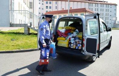 Funkcjonariusze Aresztu Śledczego przekazali karmę dla bezdomnych zwierząt