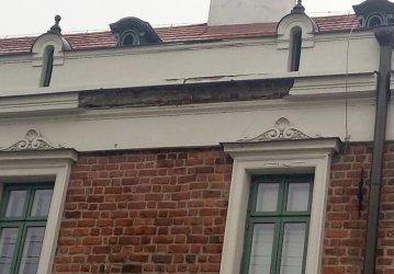 Uwaga! Z budynku klasztoru Panien Dominikanek odpadają kawałki gzymsu