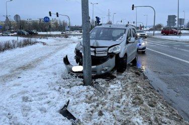 Kierowca uderzył w słup oświetleniowy