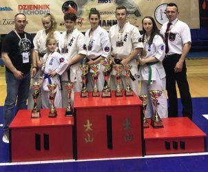 12 medali karateków