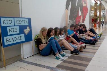 Zaczytani gimnazjaliści w piotrkowskiej galerii