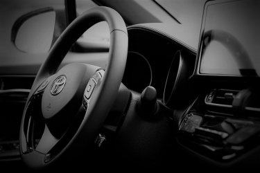 Wzrasta sprzedaż samochodów w tym hybryd