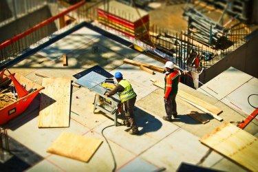 Ciężki materiał na budowie. Jak ułatwić sobie pracę?