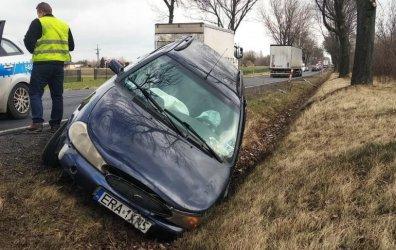 Wypadek między Rozprzą a Niechcicami. Osobówka w rowie