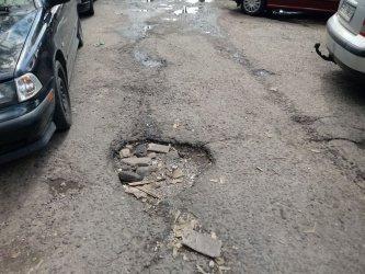 Mieszkańcy narzekają na stan parkingu przy szpitalu