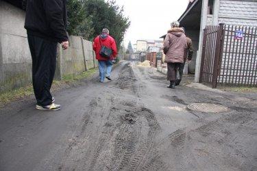 Na Pawłowskiej zakopała się karetka