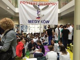 Lekarze rezydenci protestują już 9 dni