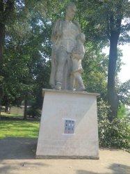 Kolejny pomnik oklejony