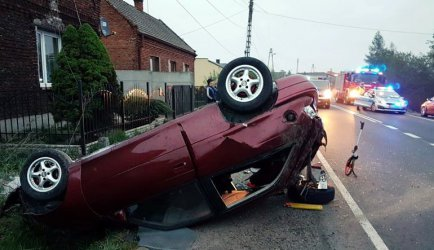 Opel uderzył w betonowy przepust, potem w słup