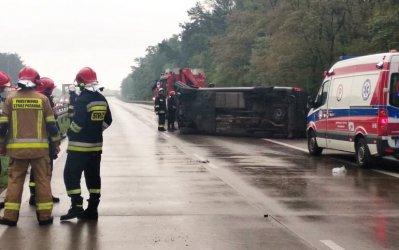 Dwie osoby nie żyją, pięć rannych. Bus dachował na S8