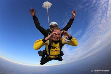 Jak odbywa się skok spadochronowy w tandemie? Sprawdziliśmy