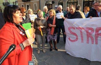Protest na piotrkowskim Rynku z poparciem dla nauczycieli
