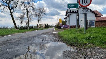 Kto naprawi drogę i kto wybuduje kanalizację? Kolejny spór między gminą Wola Krzysztoporska a powiatem piotrkowskim