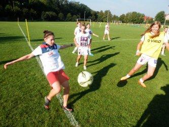 W Piotrkowie w piłkę nożną grają nie tylko chłopcy