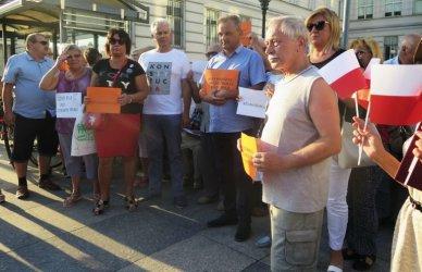 """""""Ziobro musi odejść!"""" Protest przed sądem w Piotrkowie"""