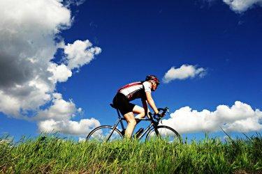 Rower na letnie przejażdżki: cross, miejski czy MTB?