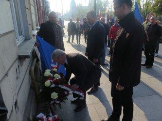 Złożyli wiązankę i pojechali na demonstrację do Warszawy