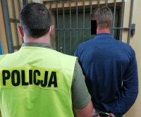 Pijany z poczwórnym zakazem w rękach policjantów