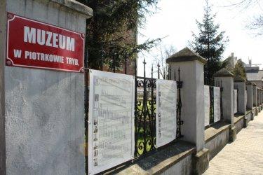O zbrodni katyńskiej na tablicach przy Muzeum w Piotrkowie Trybunalskim