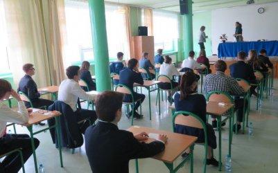 Uczniowie po raz pierwszy mierzą się z egzaminem ósmoklasisty