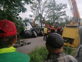 Ciężarówka wpadła do rowu