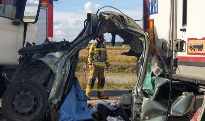 Osobówka zmiażdżona przez dwie ciężarówki. Kierowca nie żyje