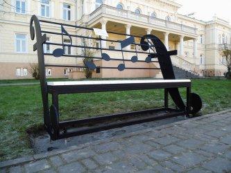 Melodyjne ławki przed Szkołą Muzyczną