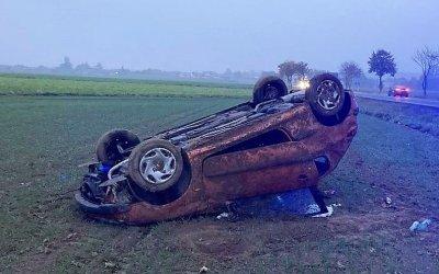 Peugeot dachował w polu. Kierowca miał 3 promile