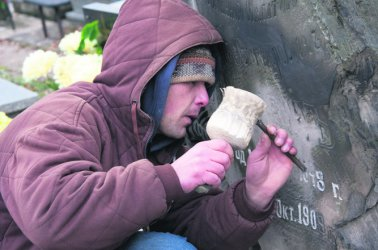 Odnawiają stare nagrobki na cmentarzach